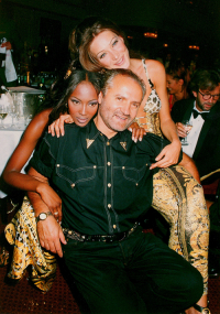 Naomi Campbell, Gianni Versace i Carla Bruni, marzec 1992 rok, (Fot. Getty Images)