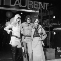 Yves Saint-Laurent, Betty Catroux (po lewej) i Loulou de la Falaise, przed butikiem Rive Gauche, 1969 rok, Fot. Getty Images