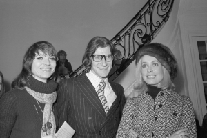 Elsa Martinelli, Yves Saint Laurent i Catherine Deneuve w 1970 rokuYves Saint Laurent with his model and muse Loulou de la Falaise, Fot. Getty Images