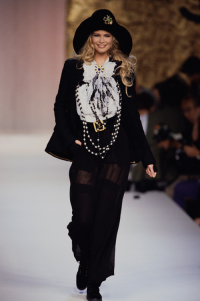 Claudia Schiffer w pokazie kolekcji Chanel haute couture, Fot. Getty Images