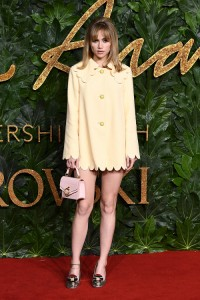 Suki Waterhouse w kreacji Mulberry