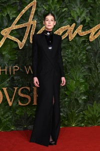 Rosamund Pike w kreacji Givenchy Haute Couture