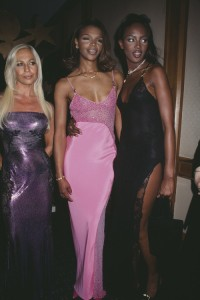 Naomi Campbell, Donatella Versace i Valerie Morris, 1996 rok, Fot. Rose Hartman/Archive Photos/Getty Images