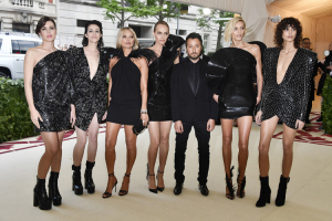 Charlotte Casiraghi, Charlotte Gainsbourg, Kate Moss, Amber Valletta, Anthony Vaccarello, Anja Rubik  i Mica Arganaraz, Frazer Harrison, Getty Images