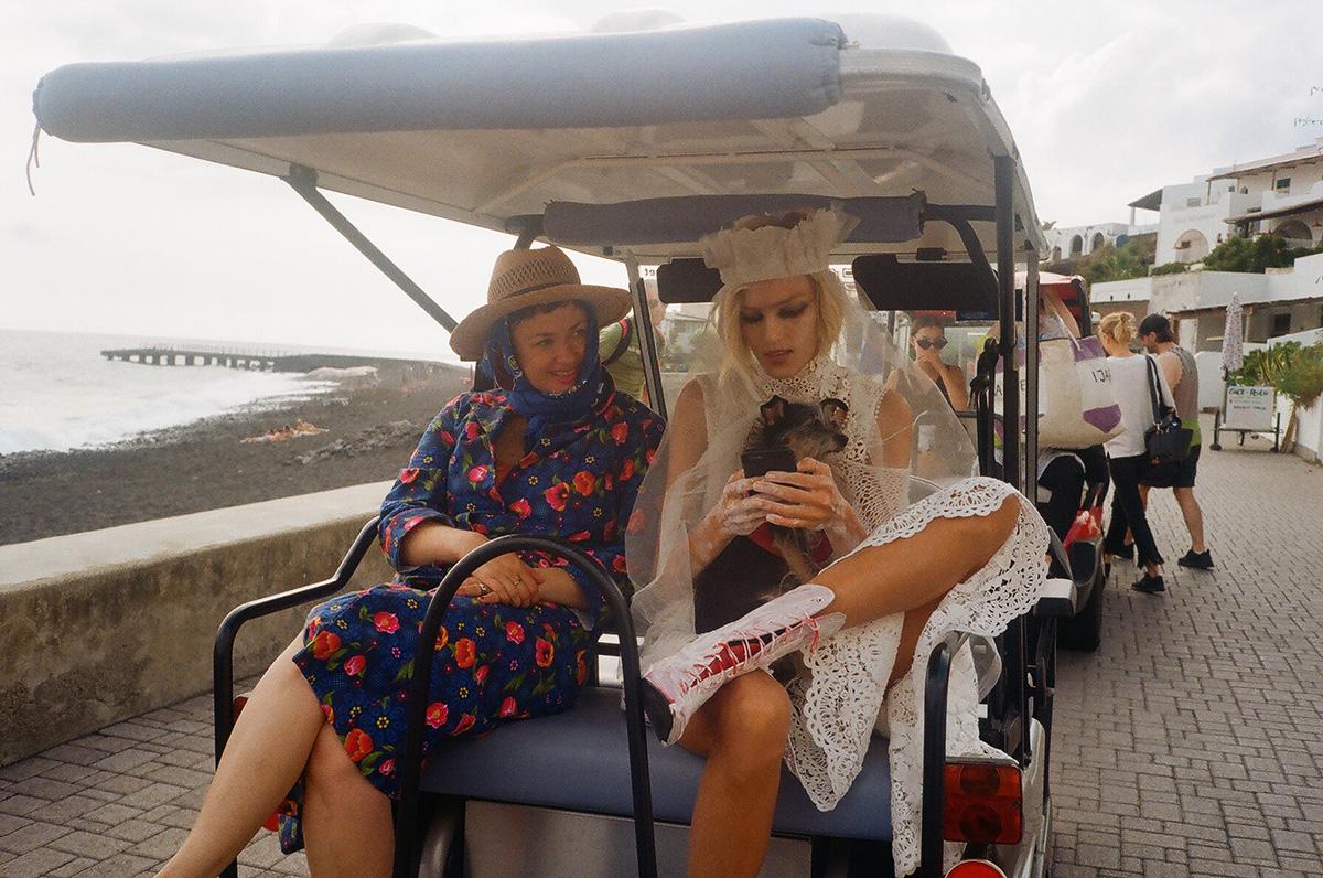 Paulina Ołowska i Anja Rubik w drodze na plan