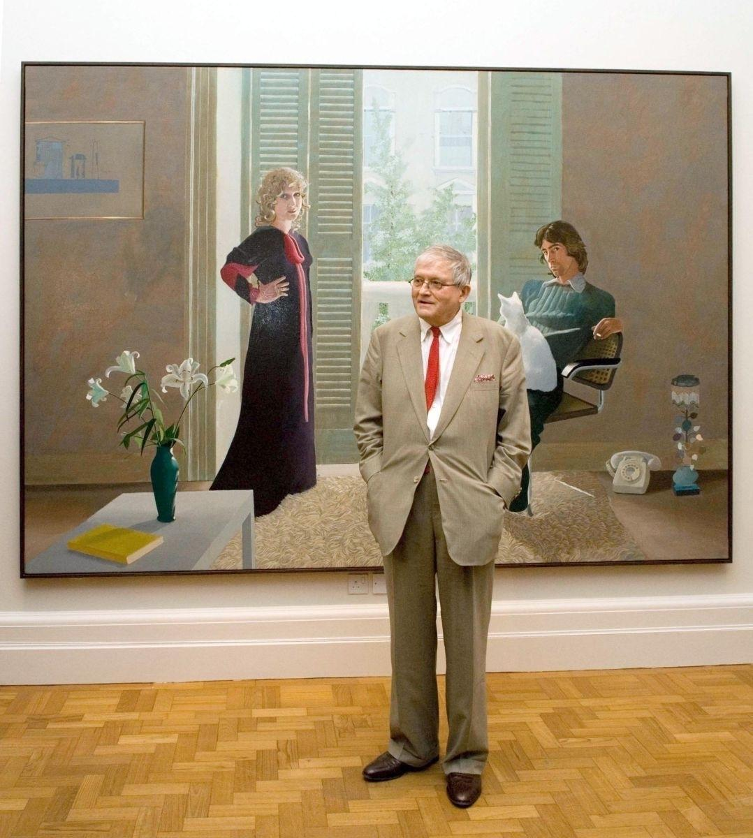 "David Hockney na tle obrazu ""Mr and Mrs Clark and Percy"" (1970-71) (Fot. Nick Harvey, Getty Images)"