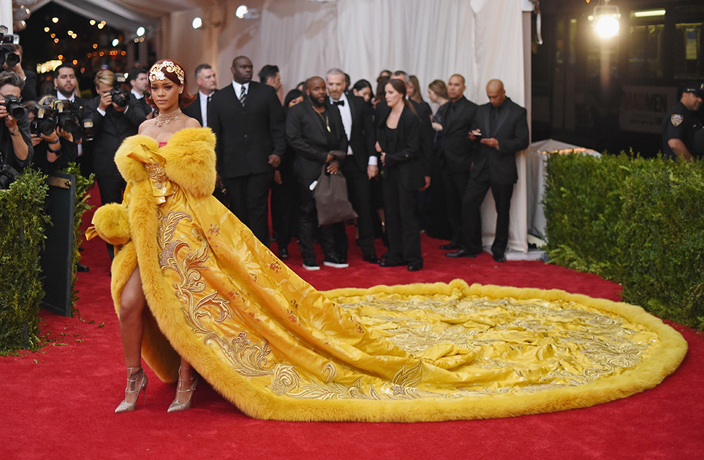 Rihanna podczas MET Gali w 2015 roku (Fot. Mike Coppola, Getty Images)