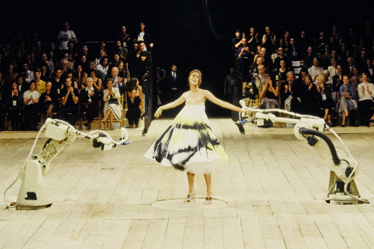 No. 13, Alexander McQueen wiosna-lato 1999 (Fot. Vogue International/Getty Images)