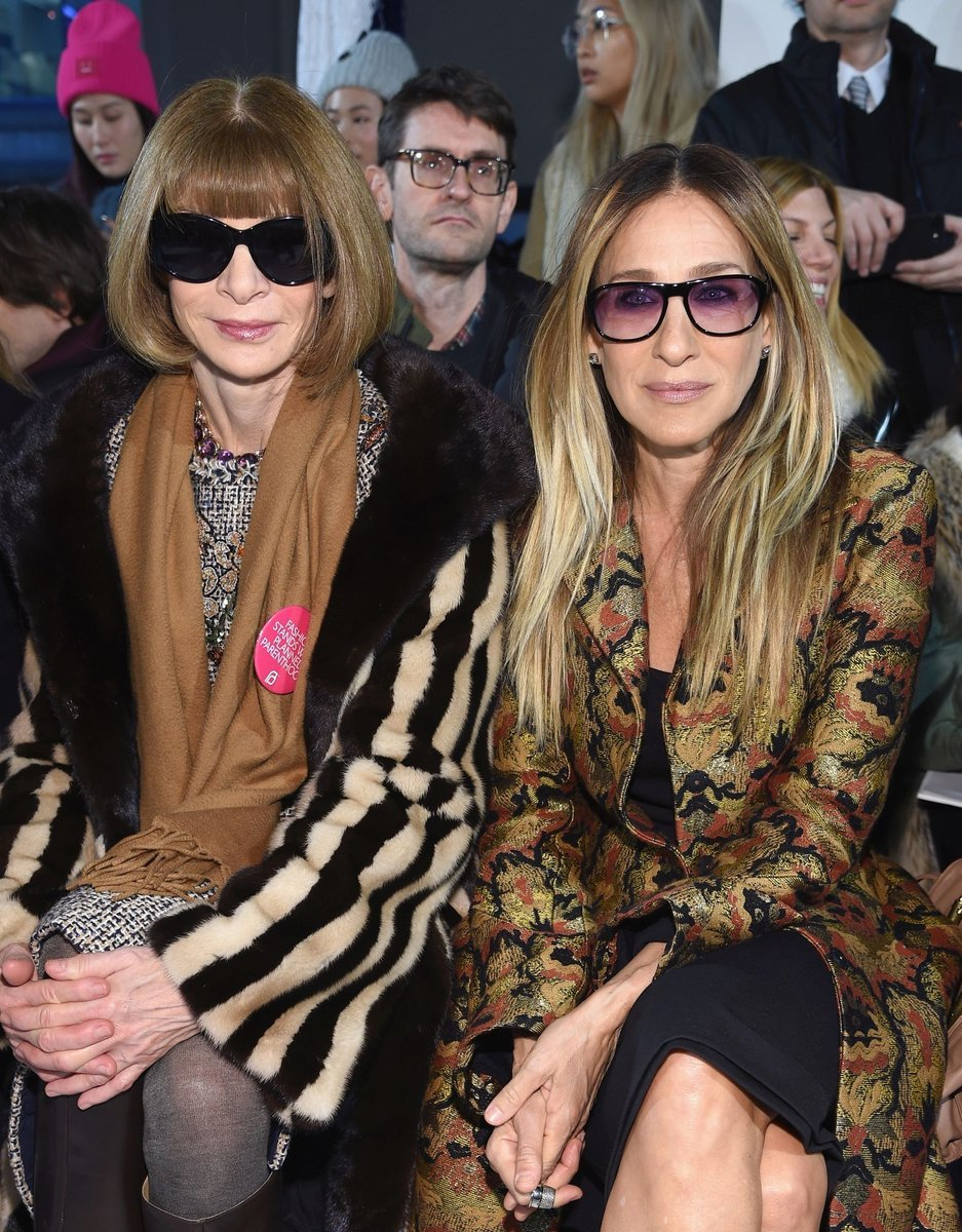 Anna Wintour i Sarah Jessica Parker na pokazie Calvina Kleina, podczas New York Fashion Week, luty 2017 (Fot. Dimitrios Kambouris, Getty Images)