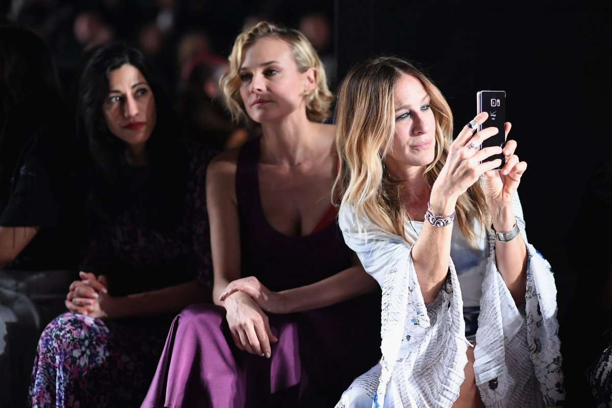 Diane Kruger i Sarah Jessica Parker na pokazie Prabala Gurunga, podczas New York Fashion Week (Fot. Dimitrios Kambouris, Getty Images)